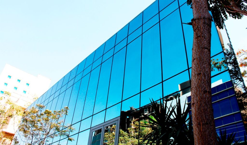 Imagem de predio revestido em vidros com fachada pele de vidro perfect glass
