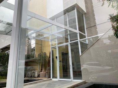 Imagem de de uma sacada envidraçada com pendentes e persianas perfect glass