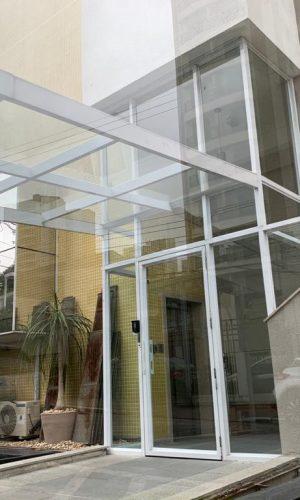 Imagem de fechamento de vidro para fachada e entrada de prédios e apartamentos